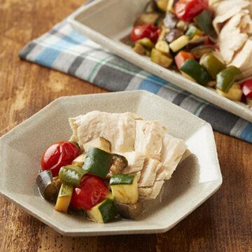 蒸し鶏と夏野菜の和風ラタトゥイユ添え